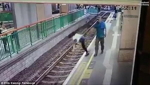 хулиган столкнул женщину на рельсы