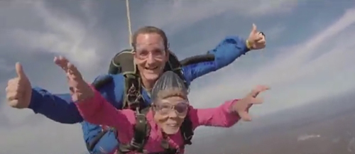 бабушка прыгнула с парашютом