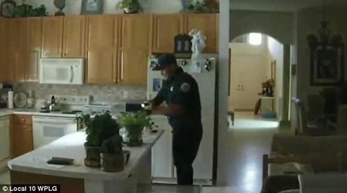полицейский ограбил дом