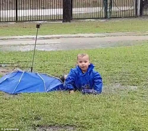 мальчик упал в лужу