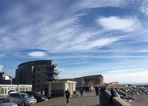 два причудливых облака в небе