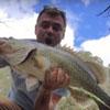 мужчина поймал первую в жизни рыбу