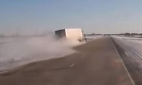 грузовик чуть не упал на бок
