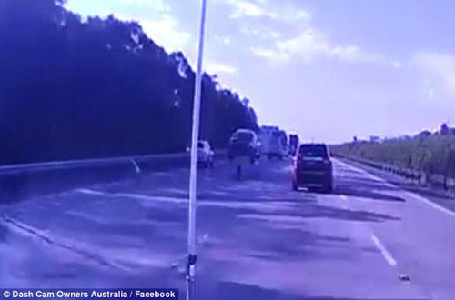 автомобиль подпрыгнул в воздух