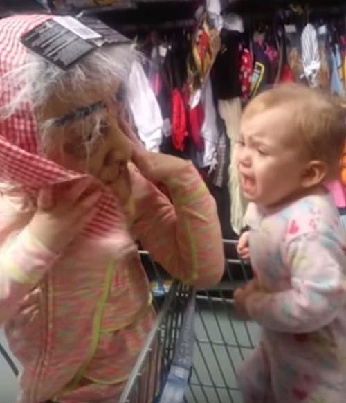 девочка напугала сестрёнку
