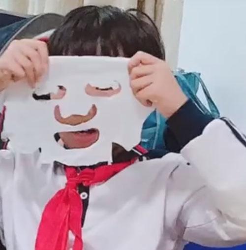 пятиклассник в косметической маске