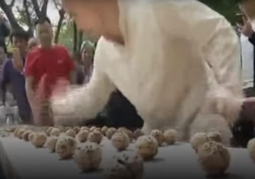мастер кунг-фу разбил 302 ореха