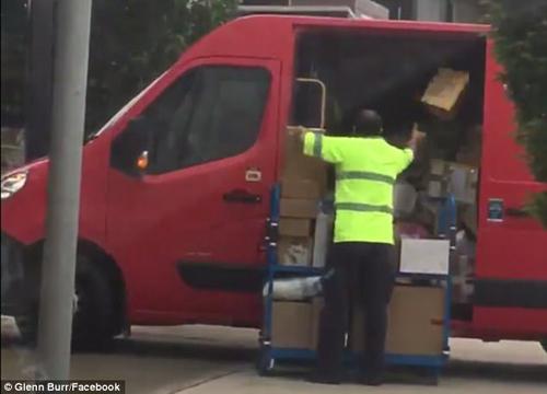 почтальон кидал посылки в машину