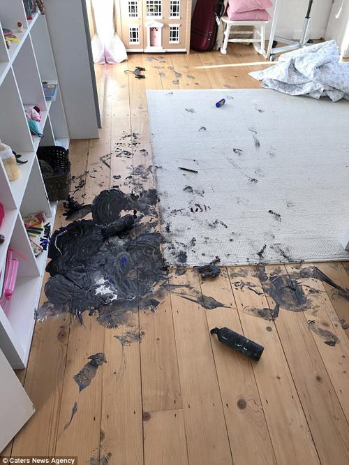 малыш измазал весь дом краской