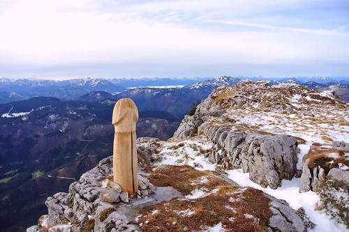 неприличная скульптура на горе
