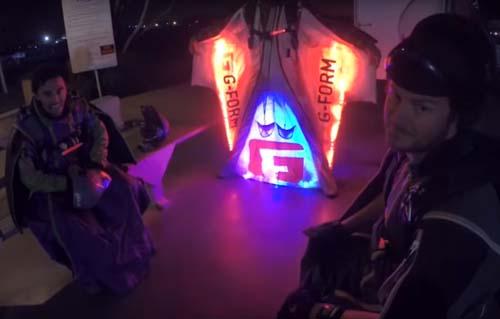 смельчаки в светодиодных костюмах