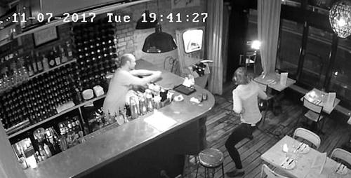 грабитель с молотком в ресторане