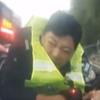 полицейский на капоте машины