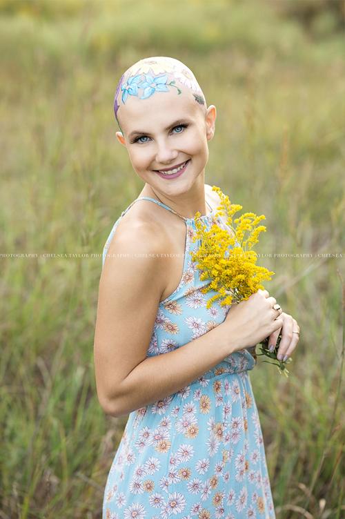 девушка с нарисованным цветами