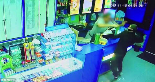продавец отбился от грабителя