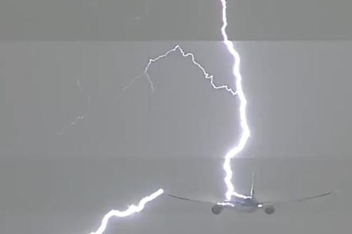 молния ударила в самолёт