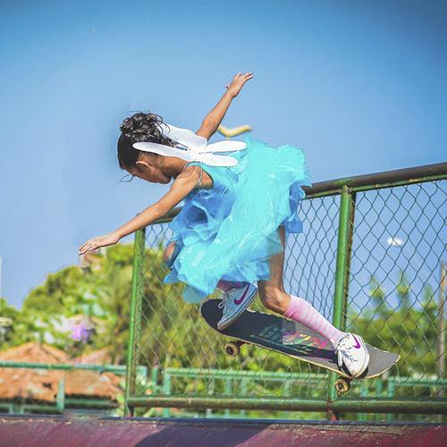 девочка на скейтборде в наряде феи
