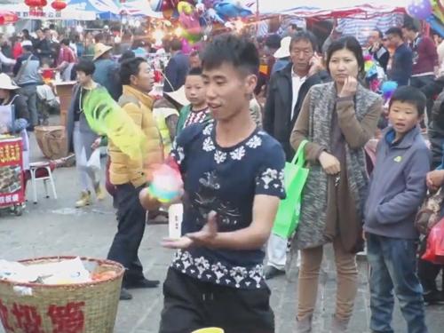 уличный продавец устроил шоу