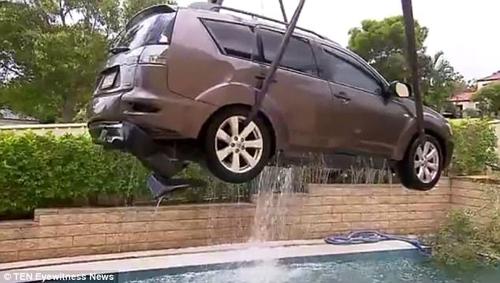 машина упала в бассейн