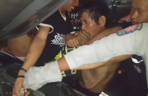 мужчина укусил питона за хвост