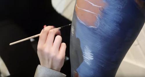 модель в нарисованной одежде