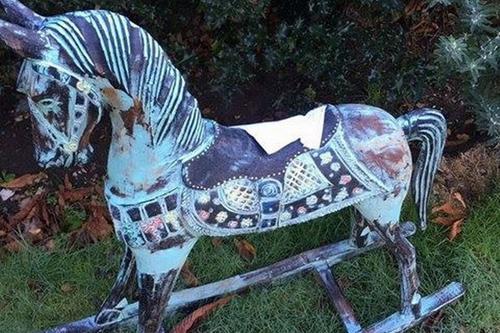 лошадка-качалка с запиской