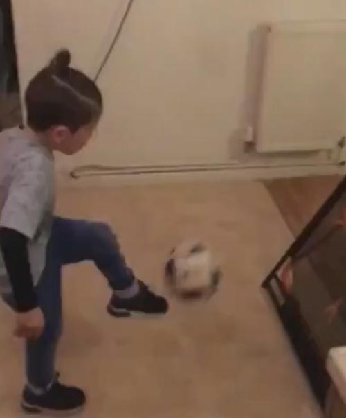 мальчик мастерски играет в футбол