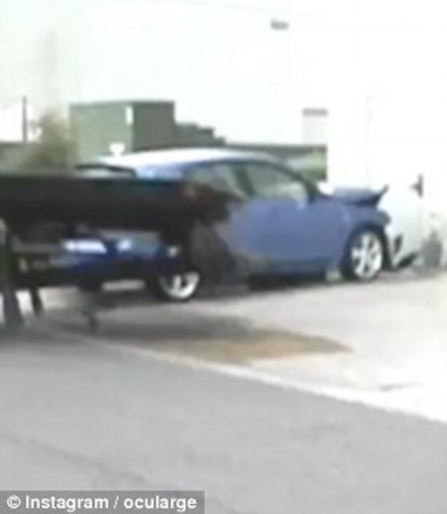 падение неуправляемого автомобиля