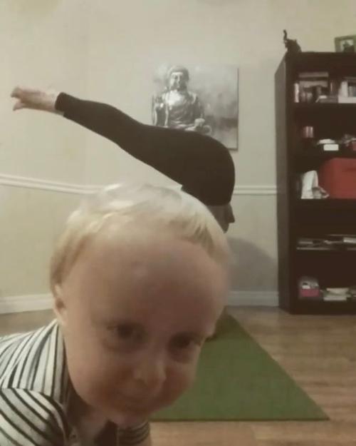 малыш на видеозаписи с йогой