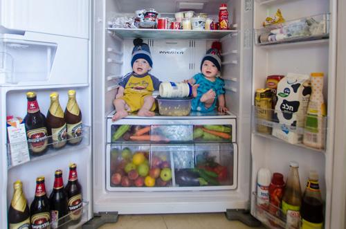 папа-фотограф снимает близнецов