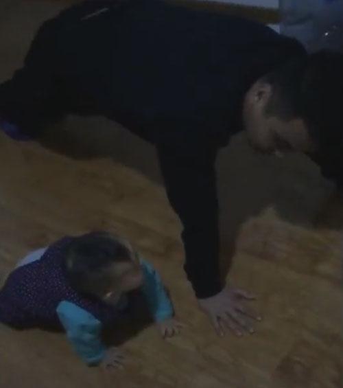 малыш попытался отжаться от пола