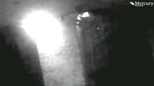 призрак с фонарём в пещере