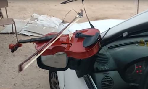 автомобиль играет на скрипке