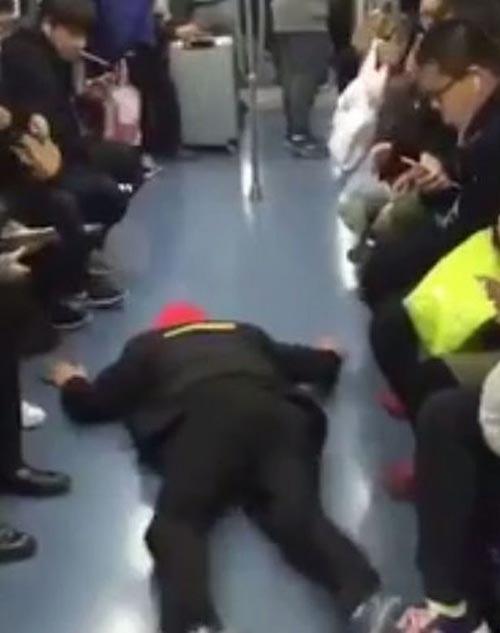 пассажир сымитировал припадок