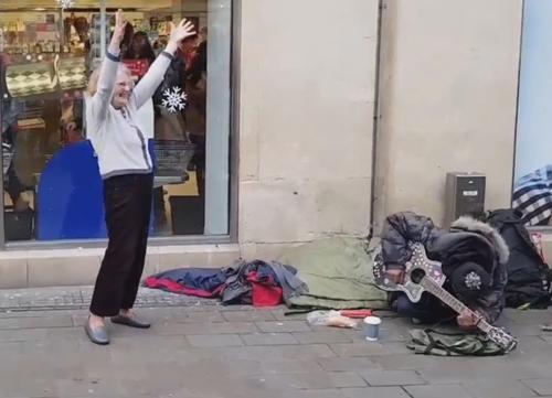 бабушка пустилась в пляс на улице