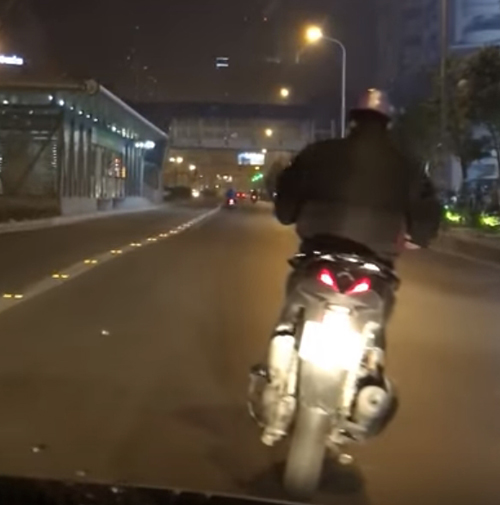 пьяный мотоциклист упал на дорогу