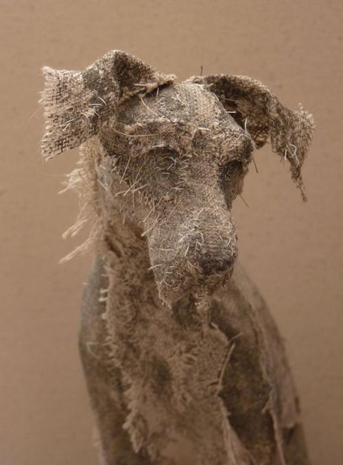 скульптуры собак из ткани