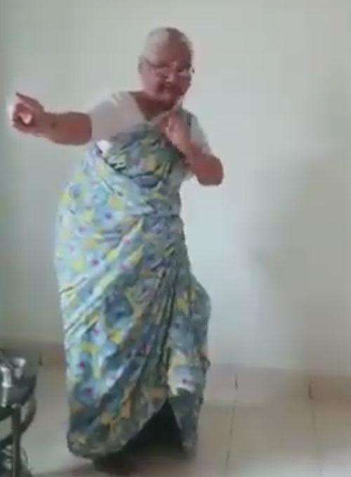 старушка исполнила индийский танец
