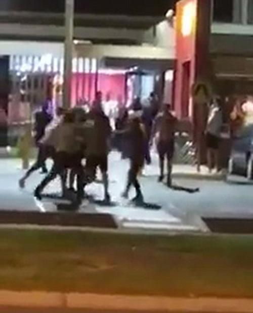 драка на улице перед рестораном