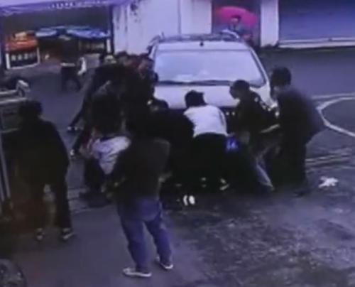 прохожие приподняли автомобиль