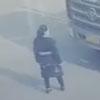 женщина на мопеде под грузовиком