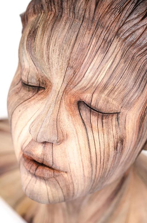 скульптуры выглядят деревянными