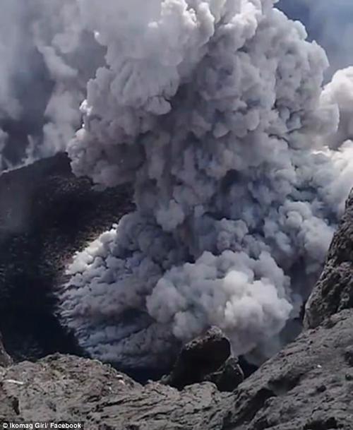 мужчина снял на видео вулкан