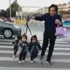 дедушка водит внучек на поводках
