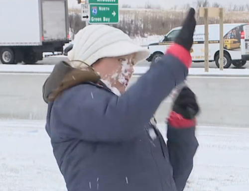 удар снежком в лицо