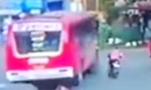 байкер выжил под колёсами автобуса