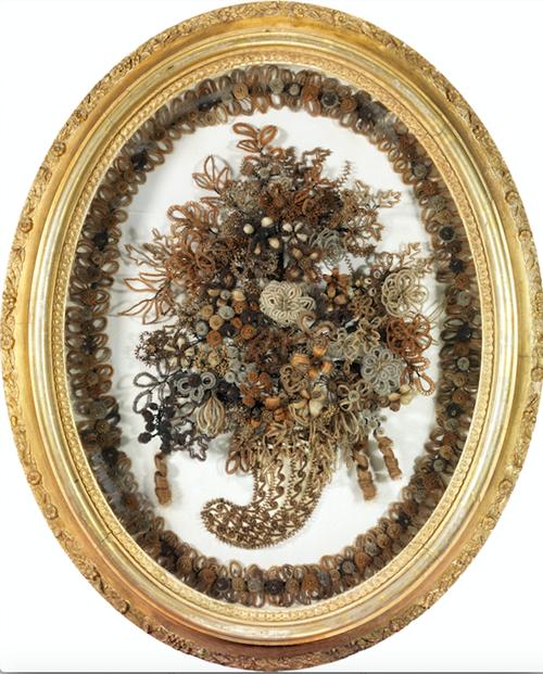 выставка с экспонатами из волос