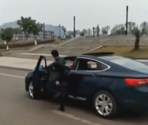маршировка рядом с машиной
