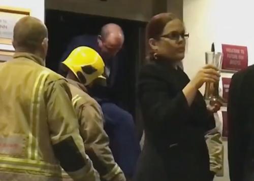 сотрудники застряли в лифте