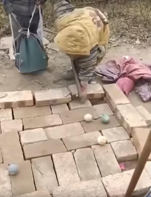 дети сделали бильярдный стол